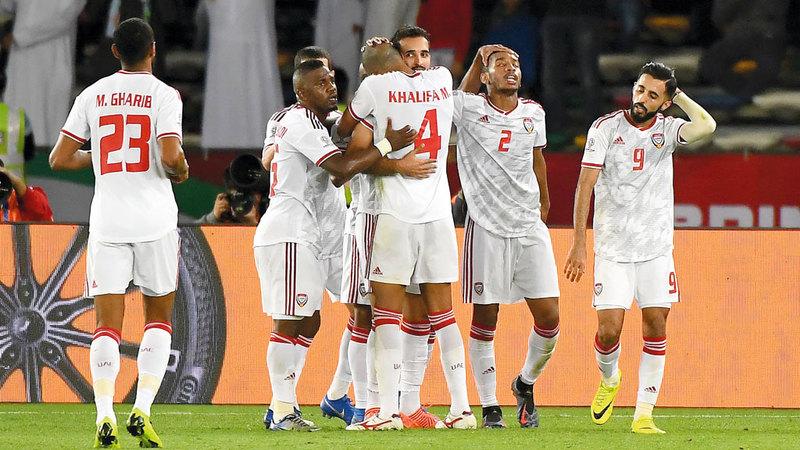 لاعبو المنتخب يهنئون علي مبخوت ويحتفلون معه بهدف الفوز الثاني.  تصوير: إريك أرازاس