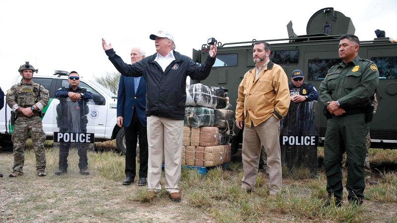 ترامب خلال زيارته أمس المنطقة الحدودية مع المكسيك في ولاية تكساس. أ.ف.ب
