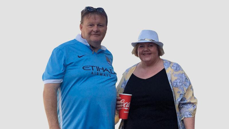 المشجّع الأسترالي حضر مع زوجته إلى الإمارات لمؤازرة أستراليا في كأس آسيا. الإمارات اليوم