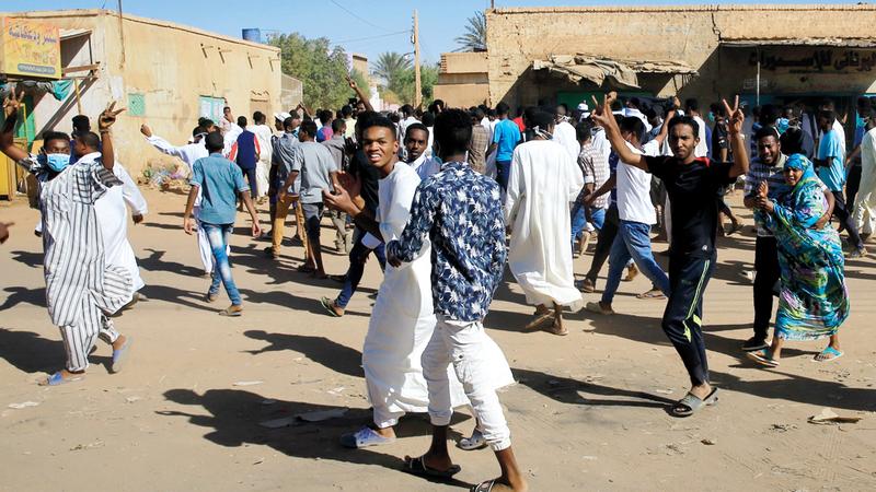 سودانيون يتظاهرون في الخرطوم للمطالبة بتنحّي البشير.  رويترز