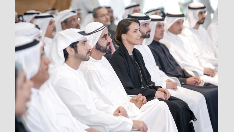 محمد بن راشد يستمع إلى شرح عن مبادرات فرق عمل المسرعات لتبني التكنولوجيا الزراعية الحديثة بحضور حمدان بن محمد. وام