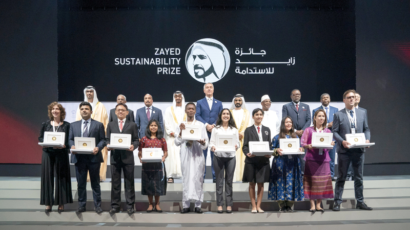 محمد بن راشد ومحمد بن زايد وعدد من قادة وممثلي دول العالم خلال تسليم الفائزين «جائزة زايد للاستدامة». وام