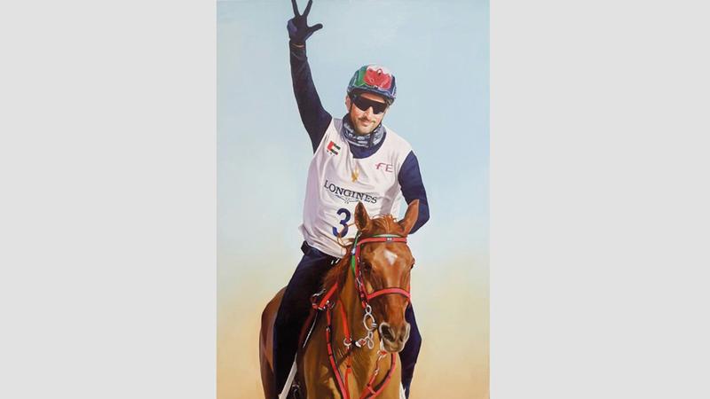 اللوحة الفائزة تجسّد مشاركة ولي عهد دبي في إحدى بطولات القدرة العالمية.