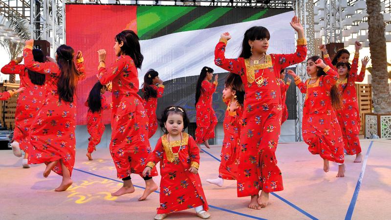 فتيات يتدرّبن على الاستعراضات التراثية بالزي الإماراتي التقليدي. تصوير: نجيب محمد