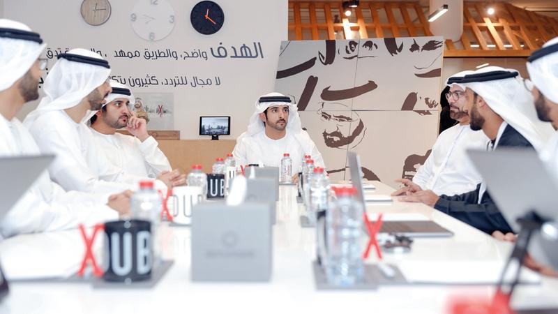 حمدان بن محمد خلال زيارته منطقة 2071 في أبراج الإمارات بدبي بحضور مكتوم بن محمد. وام