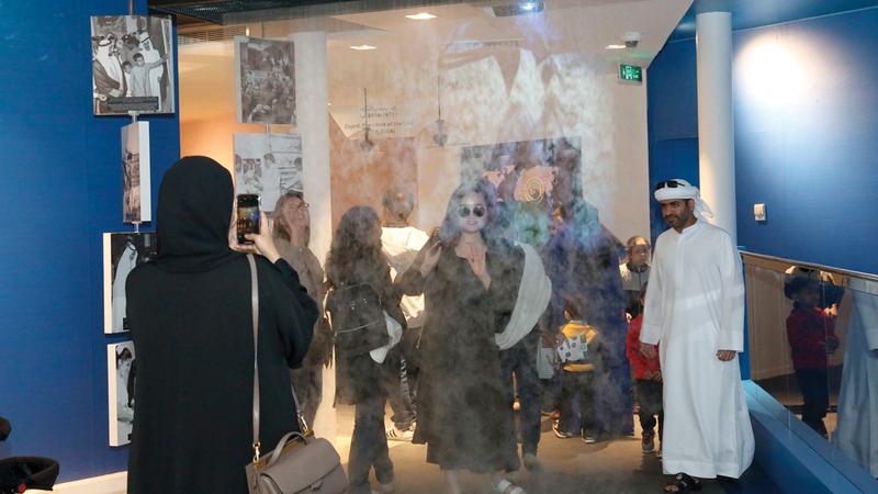 شاشة من بخار الماء تعرض صوراً تاريخية لاتحاد الإمارات.  من المصدر