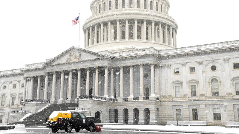 كابيتول هيل مقر «الكونغرس» الأميركي يطل من بعيد بين الضباب.  رويترز
