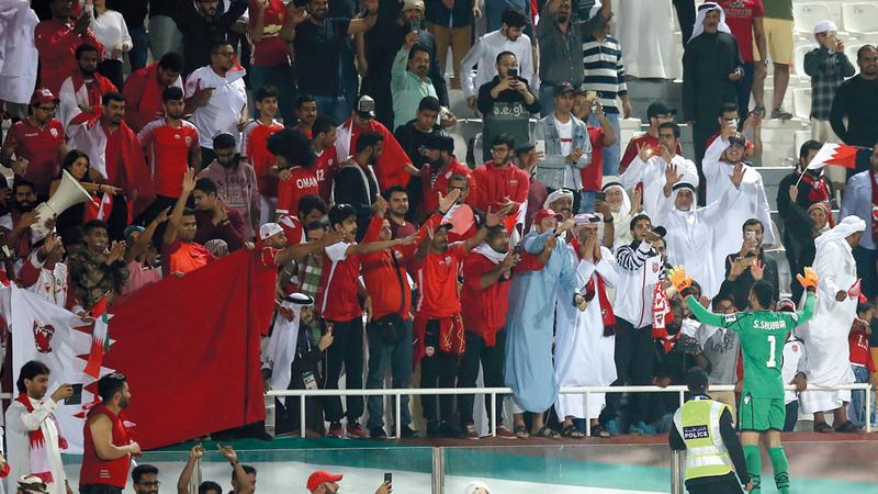فرحة جماهير البحرين على استاد الشارقة بعد التأهل للدور الثاني. تصوير: أسامة أبوغانم