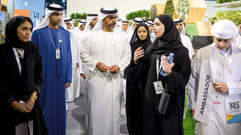 حامد بن زايد خلال جولة بالمعرض المصاحب لـ«أسبوع أبوظبي للاستدامة».  وام