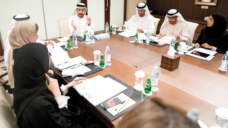 عبدالله بن زايد خلال ترؤسه الاجتماع الأول للجنة.  من المصدر