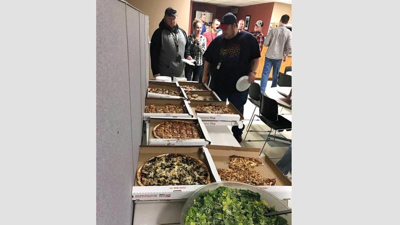 المراقبون الجوّيون الكنديون يتبرعون بالبيتزا لزملائهم الأميركيين. رويترز