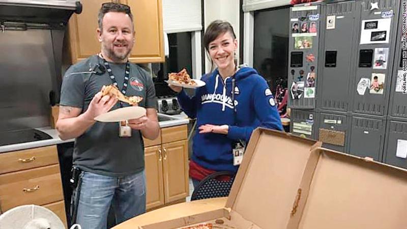 اثنان من المراقبين الجوّيين الأميركيين يتناولان البيتزا المرسلة من زملائهما الكنديين. غيتي