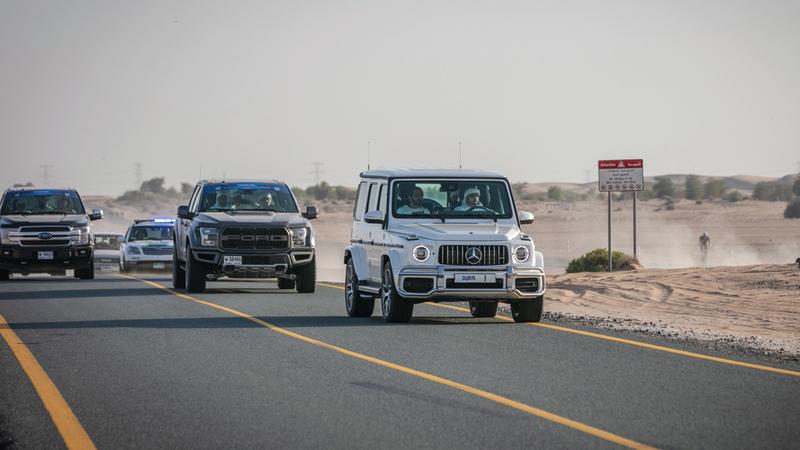 محمد بن راشد خلال متابعته لسباق السلم للدراجات الهوائية بمضمار القدرة في دبي.  من المصدر