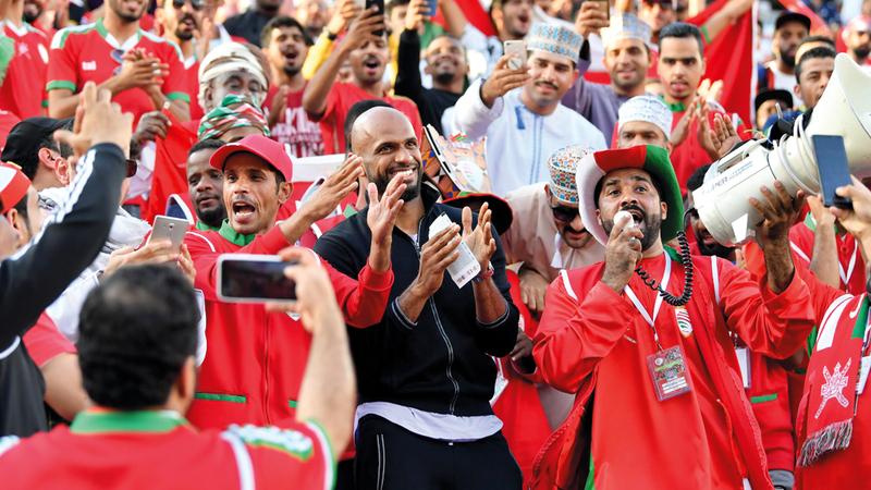 علي الحبسي وسط الجماهير العمانية خلال تشجيع منتخب بلده أمس.  تصوير: نجيب محمد