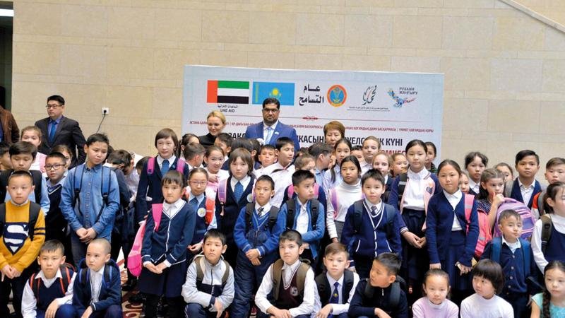 مشروع توزيع الحقيبة المدرسية في إطار علاقات التعاون  بين الدولتين.  وام