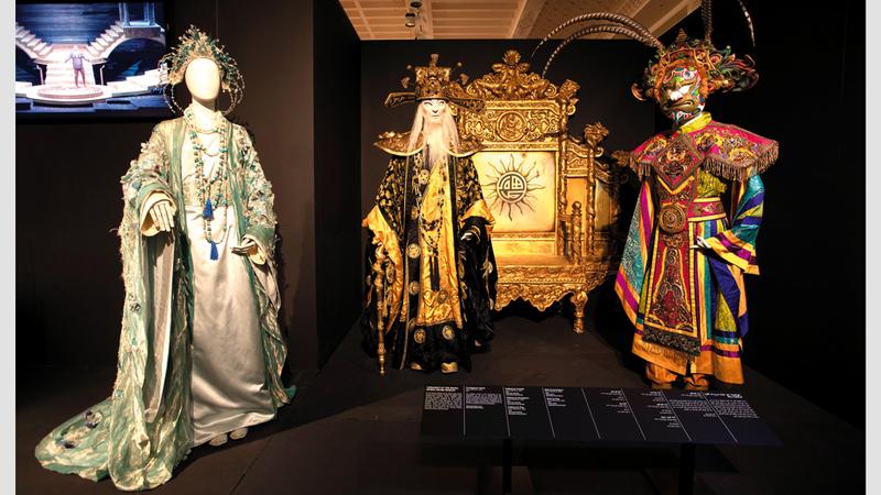 أزياء ولوحات ومجسمات عن تاريخ الأوبرا يضمها المعرض. الإمارات اليوم
