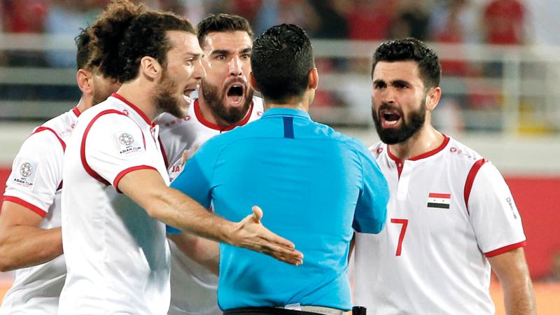 الحكم المكسيكي سيزار ارتكب أخطاءً تحكيمية أثارت غضب لاعبي المنتخب السوري أمام أستراليا. الإمارات اليوم