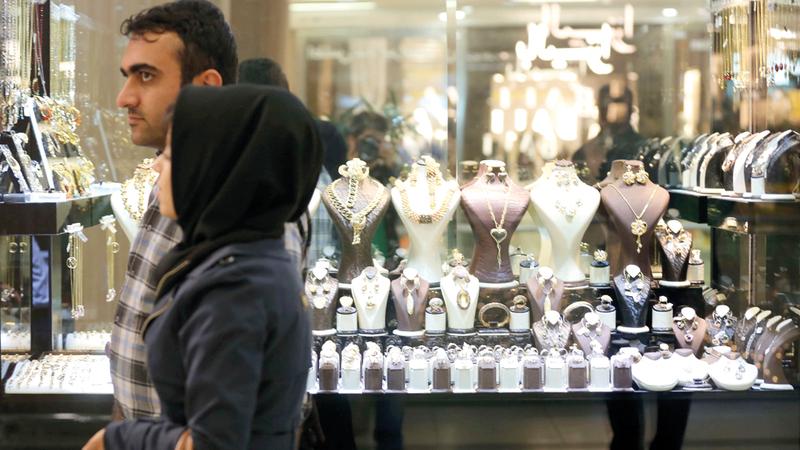 أبناء النخب الإيرانية يحصلون على امتيازات واسعة بينما ينهار الاقتصاد بكل المقاييس ويشعر الناس العاديون بالضيق.  أرشيفية