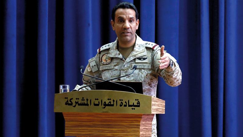 حطام طائرة «درون» حوثية عرضها المالكي خلال مؤتمره الصحافي. رويترز