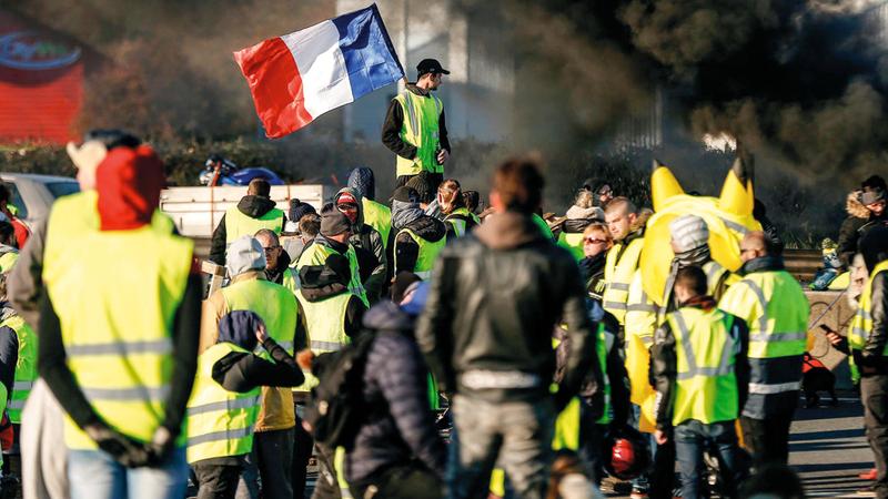 يطالب الكثير من المحتجين في فرنسا  بتنحي الرئيس إيمانويل ماكرون.  أ.ف.ب