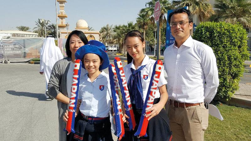 «يوا» و«مايا» بزيهما المدرسي برفقة والديهما في استاد الشارقة. الإمارات اليوم