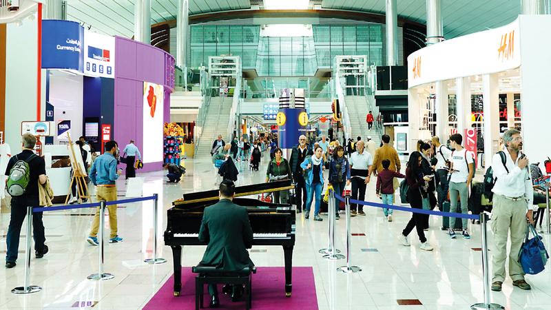 الفنانون سيعزفون على آلات البيانو والكمان والساكس والتشيلو طوال أيام الأسبوع. من المصدر