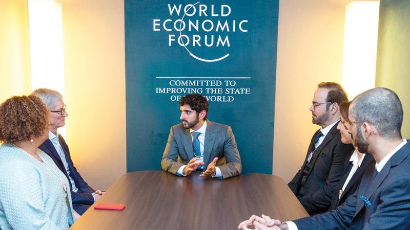 حمدان بن محمد خلال لقائه الرئيس التنفيذي لشركة «سيسكو» تشاك روبنز. وام