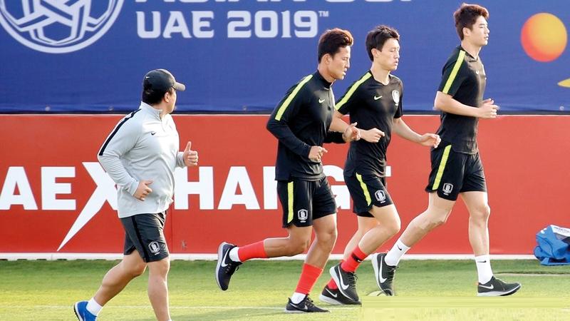 كيونغ (الثاني من اليسار) لم يشارك في أي مباراة حتى الآن في كأس آسيا. أرشيفية