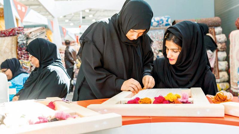 سهيلة الخزعلي تشرف على تدريب المشاركات. من المصدر