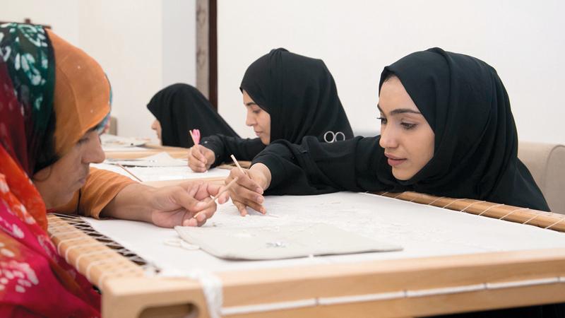 حرفيّات إماراتيات يتدربن مع باكستانيّات \على فنون التطريز ضمن البرنامج. من المصدر