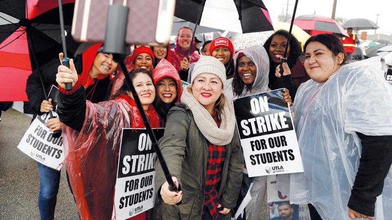 أولياء أمور يرفعون لافتة كتب عليها «لا إضراب من أجل أطفالنا».  رويترز