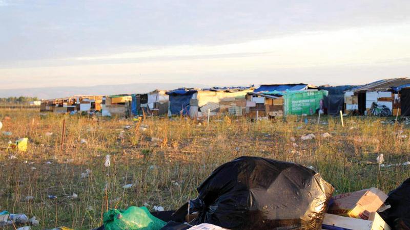 أكداس من القمامة والنفايات حول مخيمات العمال. عن المصدر