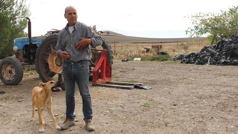 المزارع أنزو سماكيا يحتج على معاملة السلطات للمزارعين كالعصابات. عن المصدر