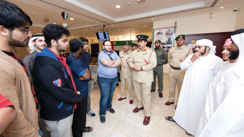 شرطة دبي شرحت ما يمكن أن يخلّفه تزويد المركبات من حوادث مميتة.  تصوير: أحمد عرديتي