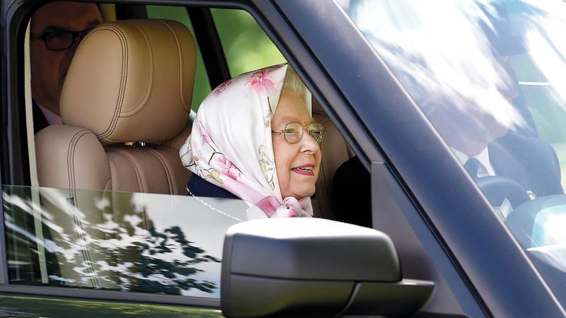 الملكة تفضل قيادة سيارتها بنفسها.  إي.بي.إيه