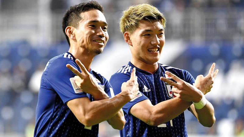 لاعبو اليابان يحتفلون بالفوز على فيتنام أمس.  تصوير: باتريك كاستيللو