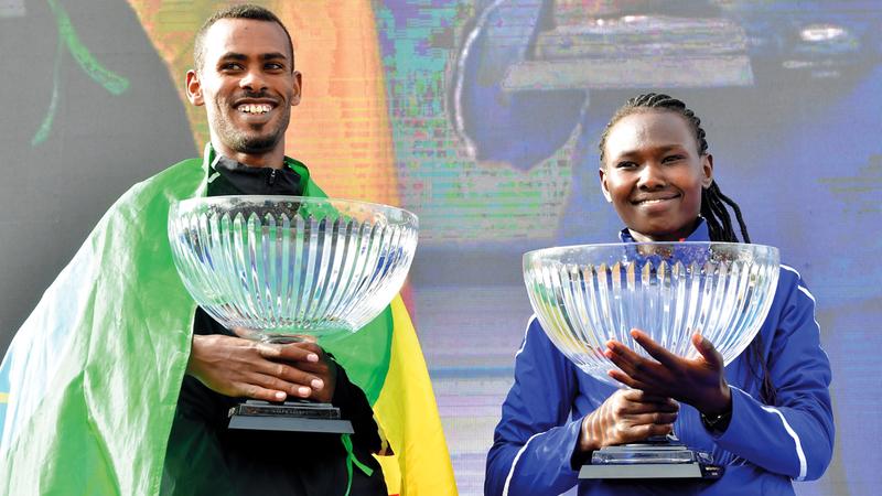 بطلا الماراثون، الإثيوبي مولا تامير والكينية تشيبنغيتش. تصوير: باتريك كاستيلو