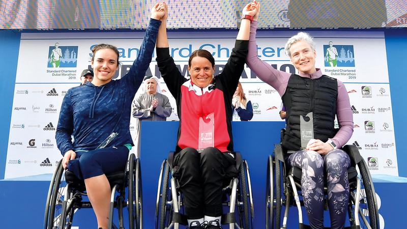 من تتويج الفائزات في سباق الكراسي المتحركة.  تصوير: باتريك كاستيلو