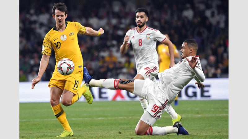 دفاع المنتخب لعب دوراً حاسماً في فوز «الأبيض» على أستراليا. تصوير: أسامة أبوغانم