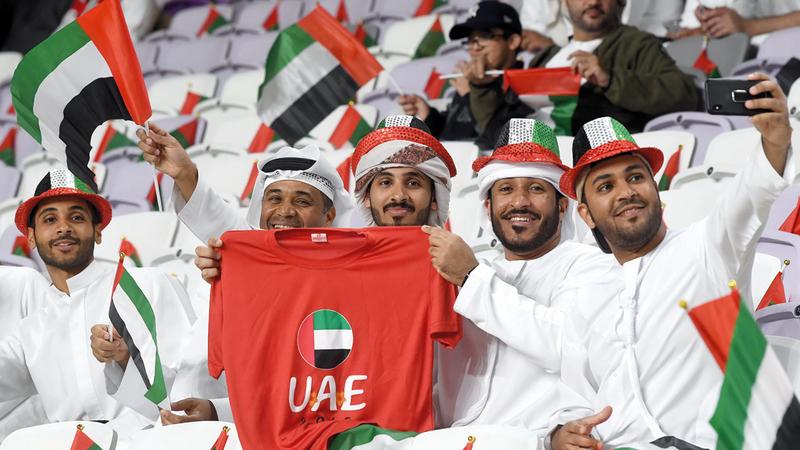 جمهور الإمارات حضر بقوة خلف الأبيض وأسهم في فرحة التأهل إلى نصف النهائي.  تصوير: إريك أرازاس