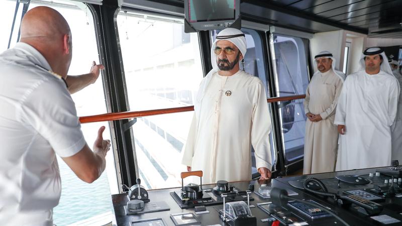 محمد بن راشد استمع إلى شرح حول مرافق الباخرة قدّمه قائدها القبطان جيفسيبي ماريسكا. وام