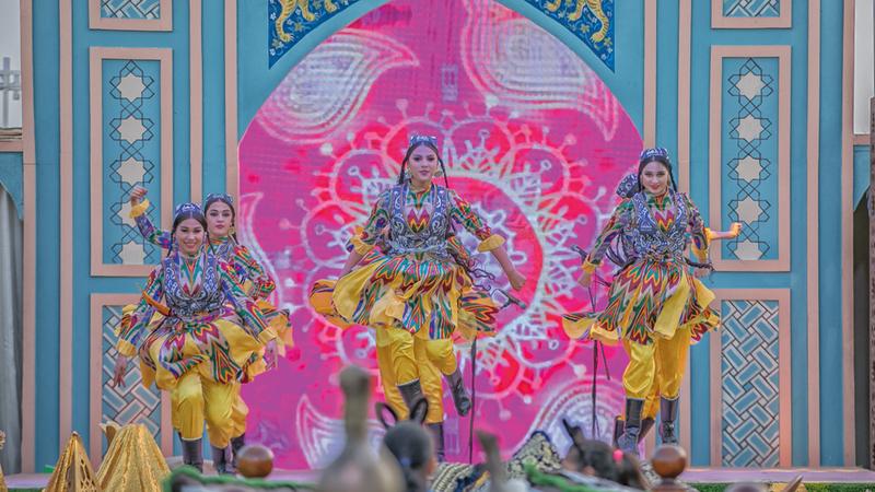 فقرات فولكلورية من مختلف دول العالم قدّمت خلال المهرجان. من المصدر
