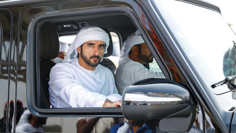 حمدان بن محمد خلال متابعته لمهرجان ولي عهد دبي للهجن في ميدان المرموم. من المصدر