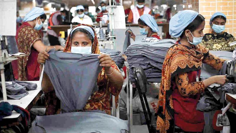 عاملات في أحد مصانع الملابس في بنغلاديش.  غيتي