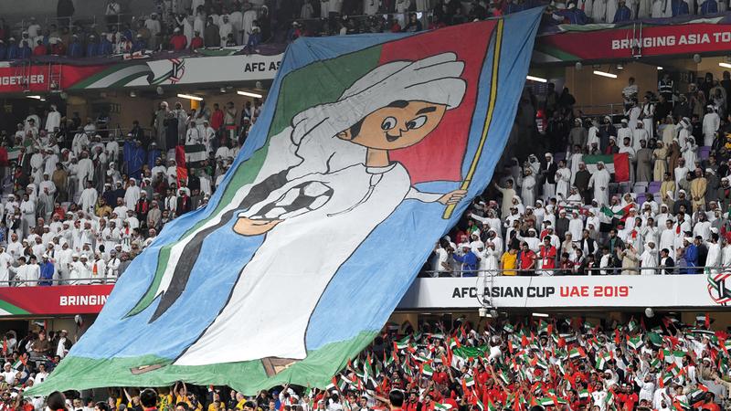 رابطة مشجعي المنتخب استعدت لمؤازرة الأبيض اليوم بطرق مبتكرة. تصوير: إريك أرازاس