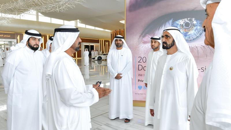 محمد بن راشد خلال الإعلان عن مشروع «محمد بن راشد للطيران» ومنطقة التجارة الإلكترونية. وام