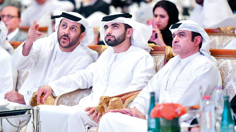 منصور بن محمد والقمزي وبن حيدر خلال فعاليات مؤتمر الطباعة الإلكترونية والعضوية الأول. تصوير: باتريك كاستيلو