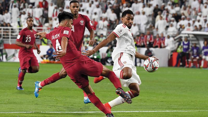 خميس إسماعيل يقود هجمة للمنتخب الوطني. الإمارات اليوم