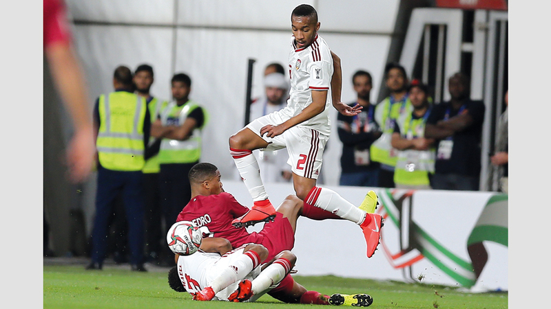 علي سالمين يحاول السيطرة على كرته في المباراة. تصوير: نجيب محمد