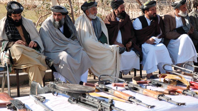 بعض فصائل «طالبان» تسلم أسلحتها ضمن مصالحة وطنية في هيرات.  أ.ف.ب